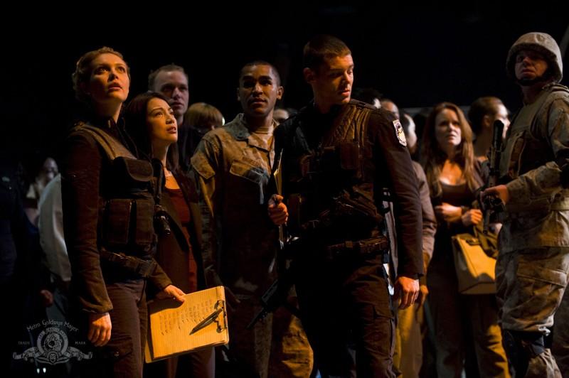 Parte dell'equipaggio riunito in una scena dell'episodio Earth di Stargate Universe