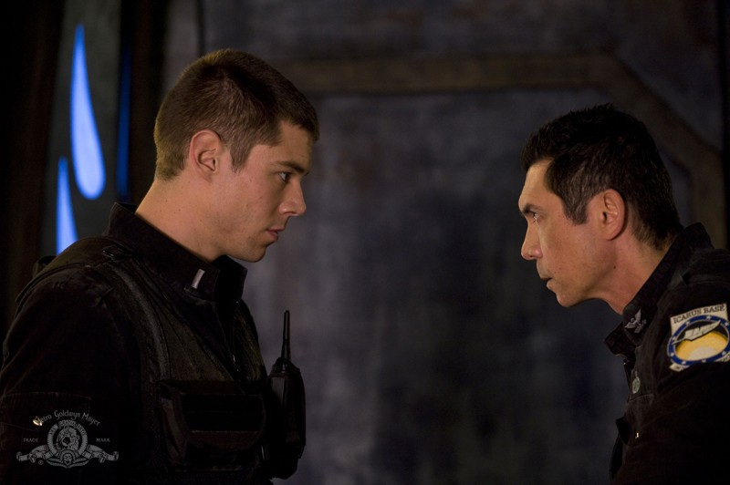 Scott (Brian J. Smith) e Telford (Lou Diamond Phillips) faccia a faccia nell'episodio Earth di Stargate Universe