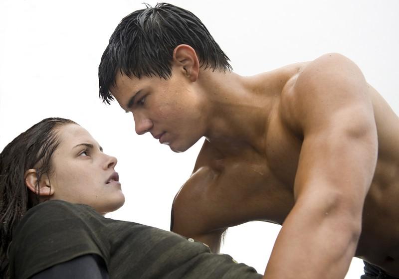 Taylor Lautner salva Kristen Stewart in una scena del film Twilight: New Moon