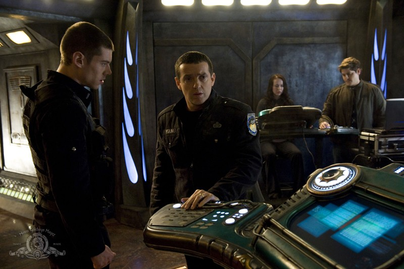 Una scena dell'episodio Earth di Stargate Universe con Brian J. Smith, Justin Louis, Elyse Levesque e David Blue