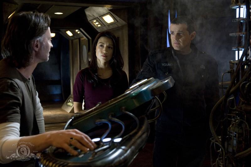 Una scena dell'episodio Earth di Stargate Universe con Robert Carlyle, Ming-Na e Justin Louis