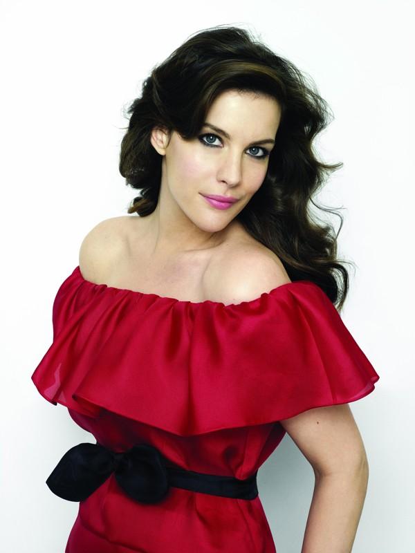 Uno scatto promozionale della bellissima Liv Tyler con un abito rosso