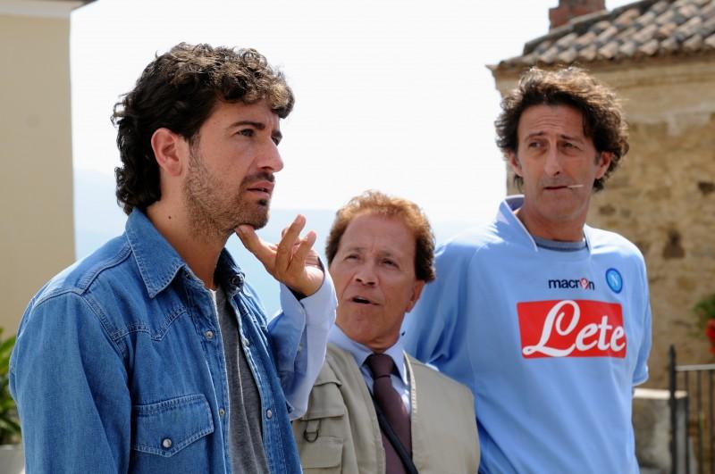 Alessandro Siani con Giacomo Rizzo e Nando Paone nel film Benvenuti al Sud (2009)