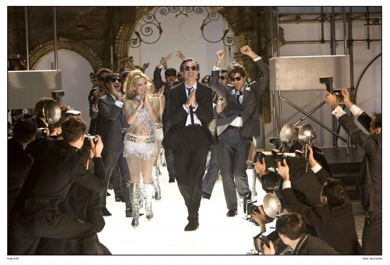 Daniel Day-Lewis (al centro) in una sequenza del musical Nine