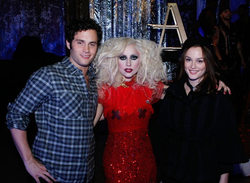 Gossip Girl, stagione 3: Lady Gaga tra Leighton Meester e Penn Badgley sul set dell'episodio The Last Days of Disco Stick.