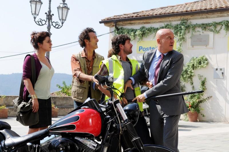 Valentina Lodovini, Nando Paone, Alessandro Siani, Claudio Bisio nel film Benvenuti al Sud (2009)