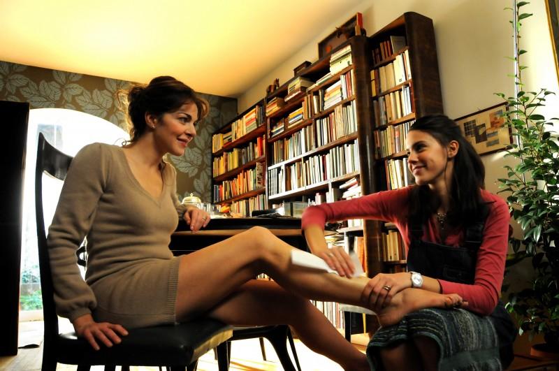 Claudia Gerini e Chiara Martegiani in una scena del film Meno male che ci sei