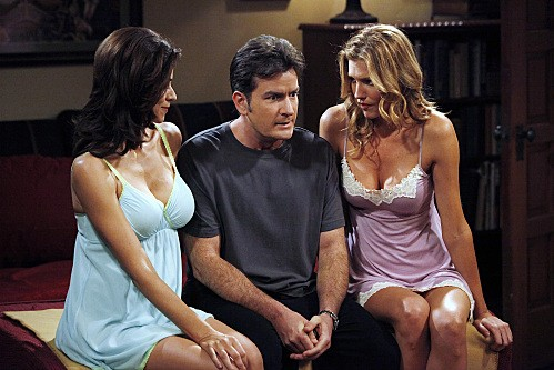 Due uomini e mezzo: Charlie Sheen, Tricia Helfer e Jennifer Bini Taylor nell'episodio The Moustache Attachment