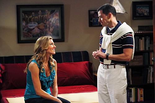Due uomini e mezzo: Jon Cryer e Tricia Helfer nell'episodio The Moustache Attachment