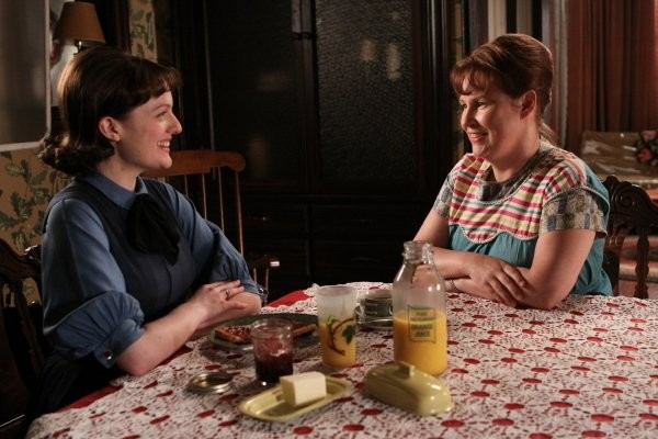 Mad Men: Elisabeth Moss ed Audrey Wasilewski nell'episodio The Arrangements