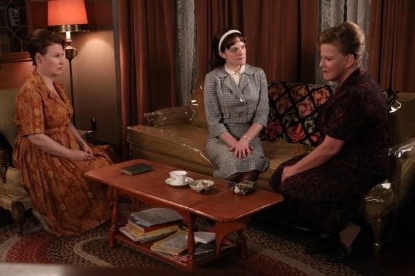 Mad Men: Elisabeth Moss, Myra Turley ed Audrey Wasilewski in una scena dell'episodio The Arrangements