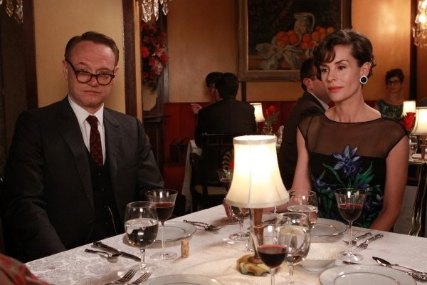 Mad Men: Embeth Davidtz e Jared Harris nell'episodio Love Among the Ruins
