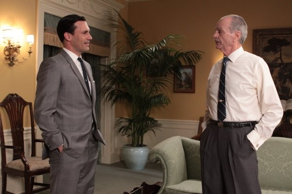 Mad Men: Jon Hamm e Chelcie Ross in una scena dell'episodio Guy Walks Into an Advertising Agency