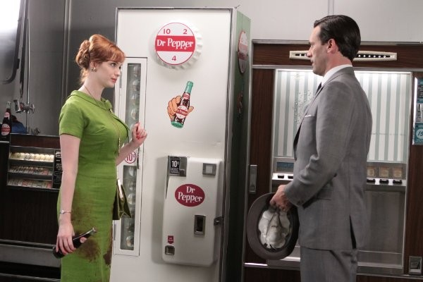 Mad Men: Jon Hamm e Christina Hendricks in una scena dell'episodio Guy Walks Into an Advertising Agency