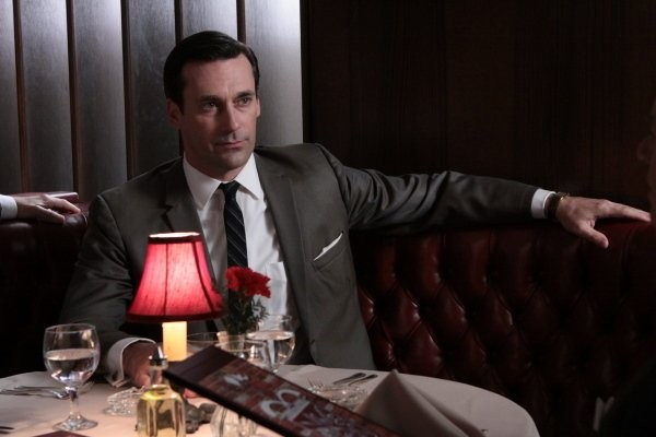 Mad Men: Jon Hamm in una scena dell'episodio Love Among the Ruins