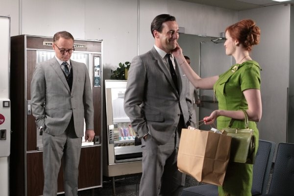 Mad Men: Jon Hamm, Jared Harris e Christina Hendricks nell'episodio Guy Walks Into an Advertising Agency