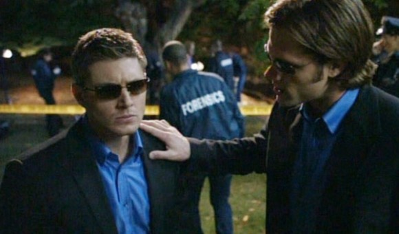 Supernatural: Jensen Ackles e Jared Padalecki prendono in giro le serie procedurali nell'episodio Changing Channels