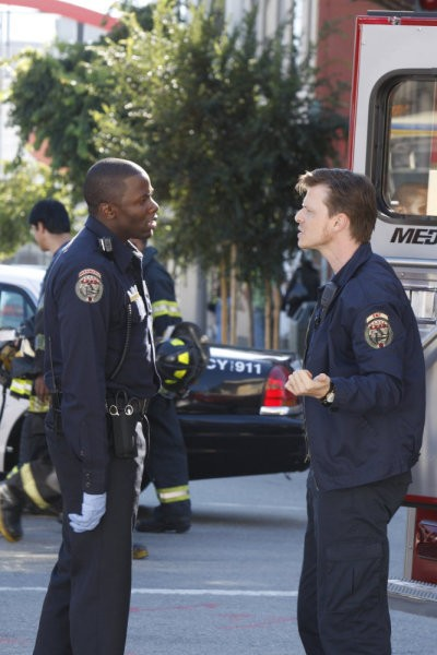 Trauma: Derek Luke e Kevin Rankin in una scena dell'episodio Home Court