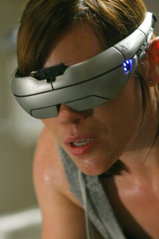 Un primo piano di Clea DuVall in una scena del film Virtuality
