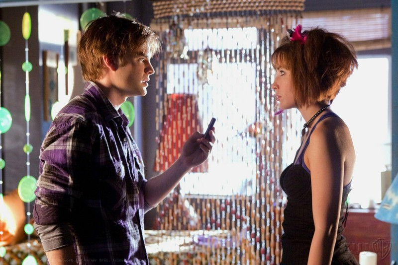 I 'Wonder Twins' o 'Gemelli meravigliosi' (David Gallagher e Allison Scagliotti) in una scena dell'episodio Idol di Smallville