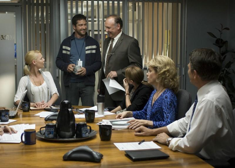 Katherine Heigl e Gerard Butler con altri interpreti del film La dura verità (2009)