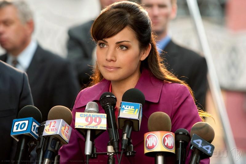 Lois Lane (Erica Durance) parla alla conferenza stampa dell'episodio 'Idol' di Smallville