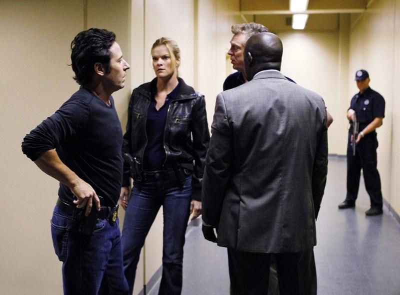Una scena dell'episodio Ultimatum di Numb3rs con Rob Morrow, Missi Pyle, Christopher McDonald e Alimi Ballard