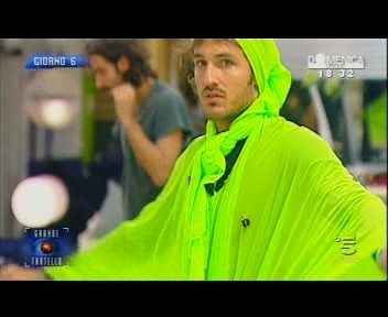 Grande Fratello 10: Alberto Baiocco durante il reality, con impermeabile verde