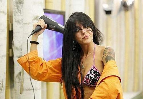 Grande Fratello 10: Veronica si asciuga i capelli dopo la doccia