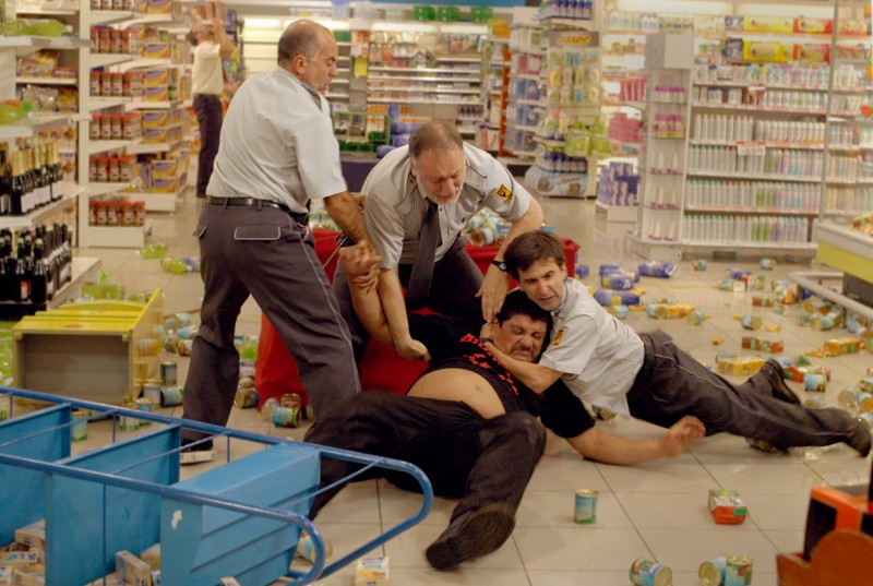 Horacio Camandule (al centro, sul pavimento) in una scena del film Gigante, di Adrián Biniez
