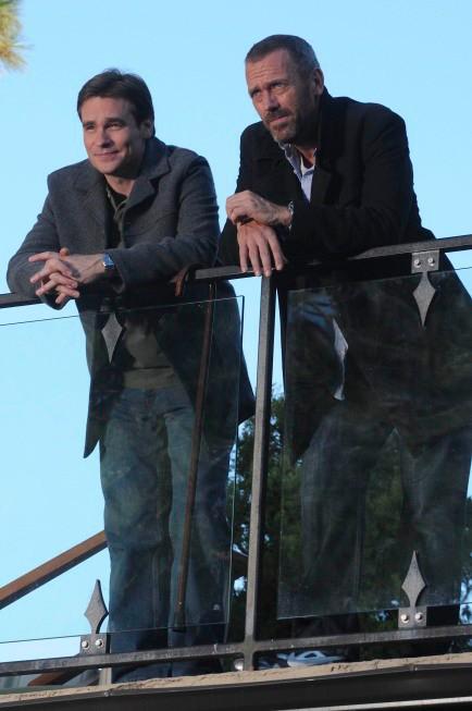Hugh Laurie e Robert Sean Leonard in una scena di Known Unknowns dalla sesta stagione di Dr. House: Medical Division