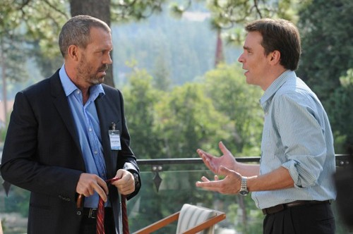Hugh Laurie e Robert Sean Leonard in una scena tratta da Known Unknowns dalla sesta stagione di Dr. House: Medical Division