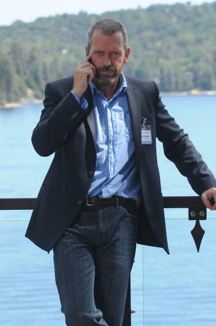 Hugh Laurie in una scena tratta da Known Unknowns dalla sesta stagione di Dr. House: Medical Division