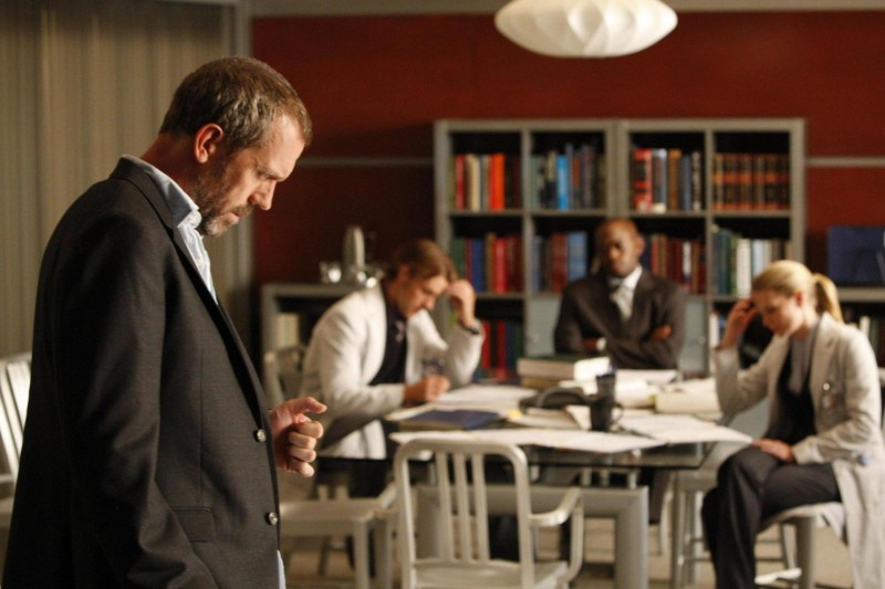 Hugh Laurie, Omar Epps, Jennifer Morrison e Jesse Spencer in una scena di Instant Karma dalla sesta stagione di Dr. House: Medical Division