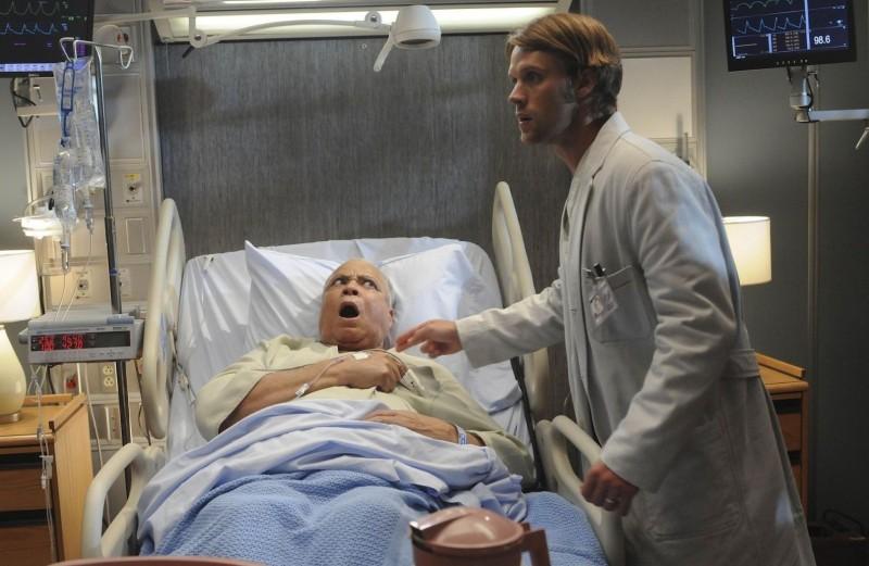 James Earl Jones e Jesse Spencer in una scena di The Tyrant dalla sesta stagione di Dr. House: Medical Division