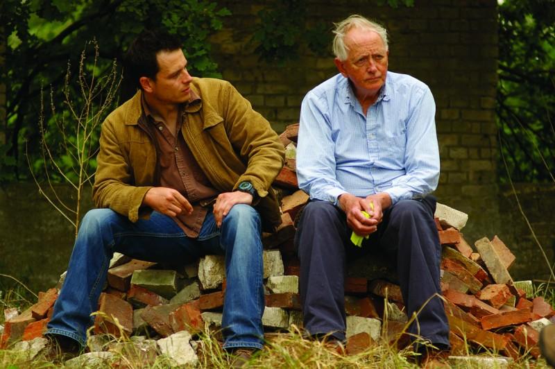 Shane Taylor e Benjamin Whitrow nel film Bomber, di Paul Cotter