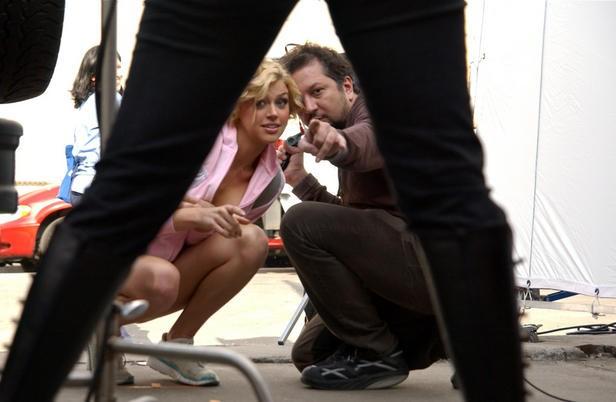 Adrianne Palicki e il regista Sebastian Gutierrez sul set di Women in Trouble