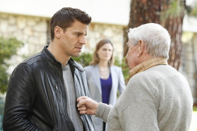 Bones: la guest star Ralph Waite con David Boreanaz nell'episodio The Foot in the Foreclosure