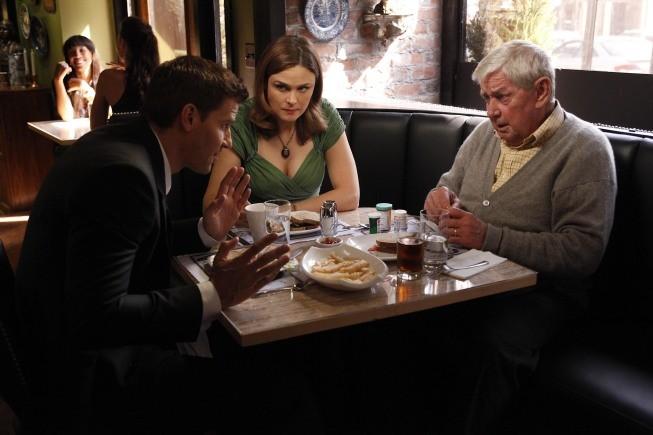 Bones: la guest star Ralph Waite con Emily Deschanel e David Boreanaz in una scena dell'episodio The Foot in the Foreclosure