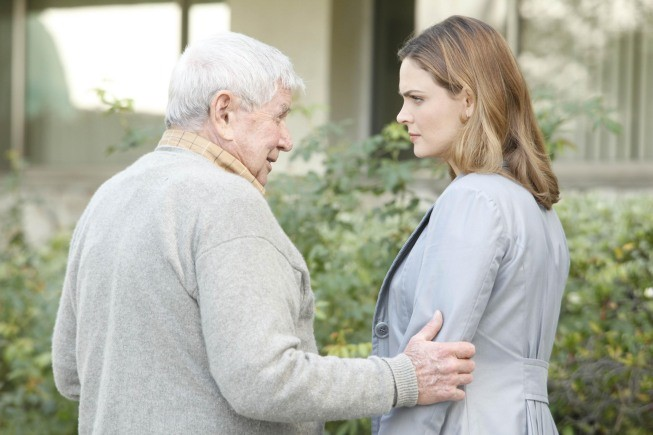 Bones: la guest star Ralph Waite con Emily Deschanel nell'episodio The Foot in the Foreclosure