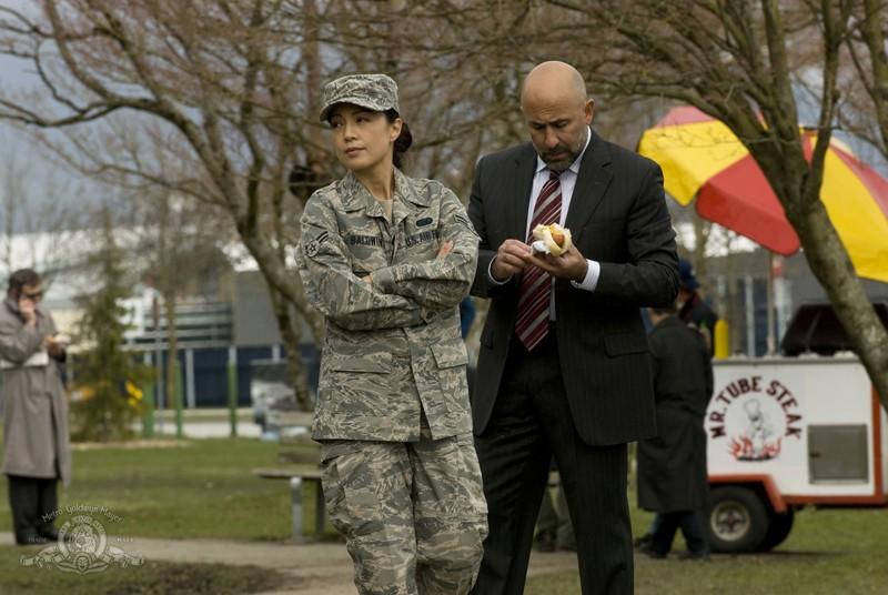 Camille Wray (Ming-Na) in una scena con Carl Strom (Carlo Rota) nell'episodio Earth di Stargate Universe