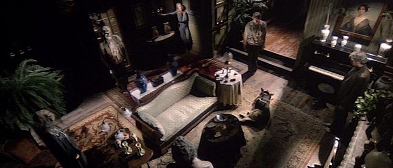 Cinzia Monreale (nell\'angolo) in una scena del film E tu vivrai nel terrore - L\'aldilà ( 1981 )
