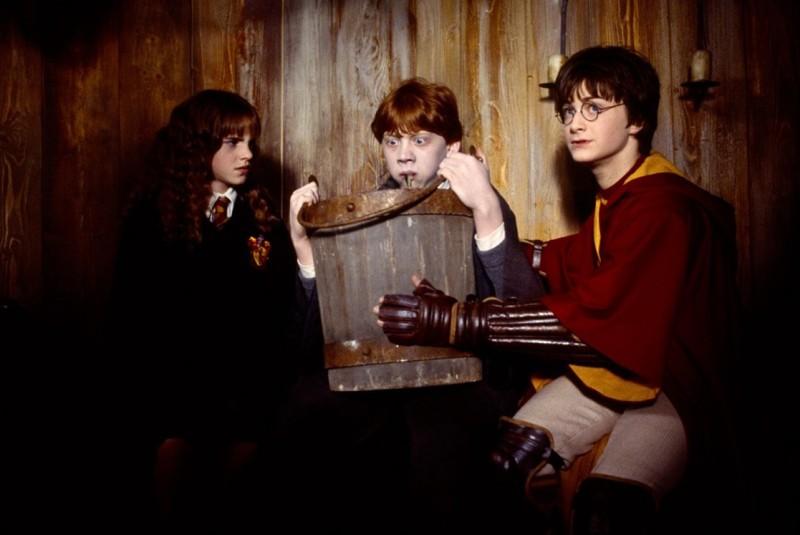 Daniel Radcliffe ed Emma Watson confortano Rupert Grint che stregato, vomita lumache in una scena di Harry Potter e la Camera dei Segreti