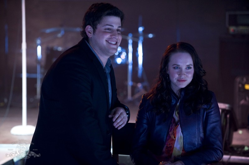 David Blue ed Elyse Levesque nel locale in un momento dell'episodio Earth di Stargate Universe