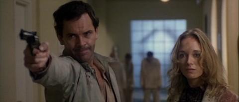 David Warbeck e Catriona MacColl in una scena del film E tu vivrai nel terrore - L\'aldilà ( 1981 )