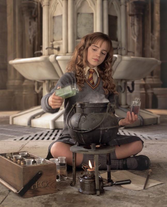 Emma Watson prepara la Pozione Polisucco (Polyjuice Potion) nel film Harry Potter e la Camera dei Segreti
