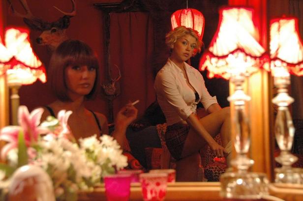 Emmanuelle Chriqui e Adrianne Palicki in una scena di Women in Trouble