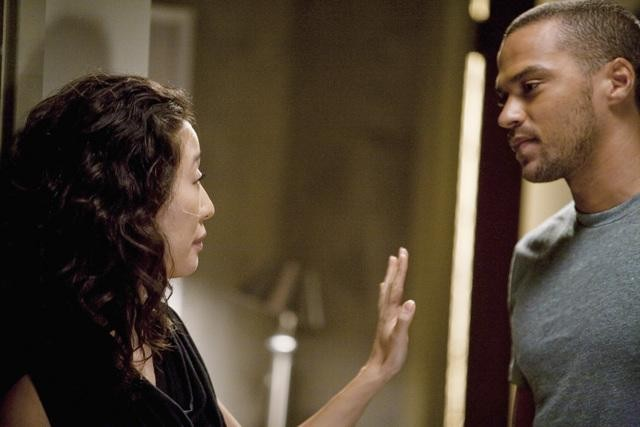 Grey's Anatomy: Jesse Williams e Sandra Oh in una scena dell'episodio Invest in Love