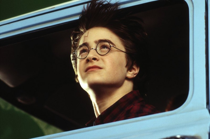 Harry (Daniel Radcliffe) affacciato al finestrino della macchina volante del signor Weasley