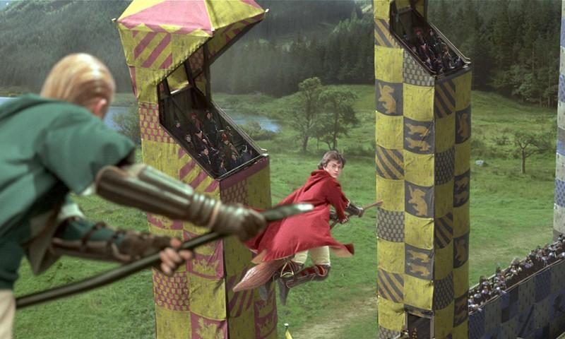 Harry (Daniel Radcliffe) e Draco (Tom Felton) durante la partita di quidditch nel film Harry Potter e la Camera dei Segreti